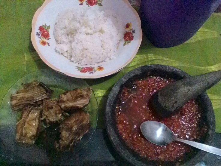 Nasi panas sambal trasiiwak pe  krupuk yukmari makan