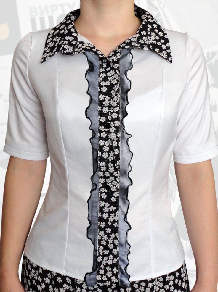 34$ Классическая белая блузка для полных девушек с короткими рукавами, черными рюшами из сетки, вставкой-планкой и воротником в маленький белый цветочек Артикул 808, р50-64