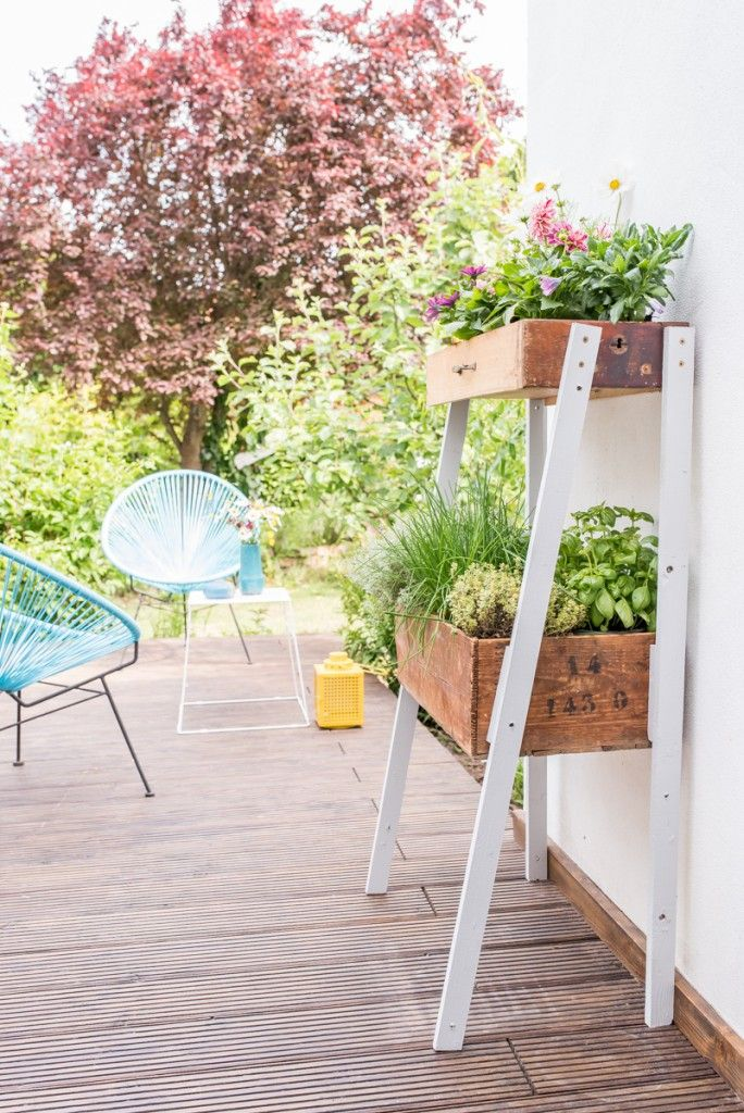 Anleitung für eine DIY upcycling Pflanzleiter für Kräuter und Blumen aus alten Schubladen und Holzkisten als Deko im vintage Look für den Garten.