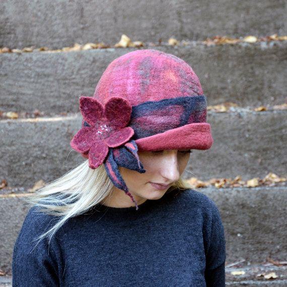 1920 de style rétro clapet chapeau cloche à la main en France. Fait de laine mérinos de saumon. Une laine unique, moderne art feutre cloche. J'ai inclus quelques beau tissu dans celui-ci pour faire ce chapeau j'ai utilisé le feutrage nuno» technique (feutrine et tissu). Nunofelt Il est fait avec pure laine mérinos et tissu de coton. Ce chapeau est très léger et très facile à porter. En raison de la vaste gamme de possibilités, chaque pièce est unique. Les chapeaux, chaud, sont extrêmement…