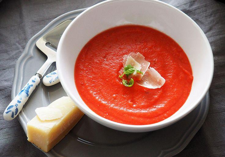 Supa crema de sfecla rosie si ghimbir  Număr porții: 4 Ingrediente Pentru supa  1 sfeclă roșie mare sau 3 mici 1 morcov 1 rădăcină de pătrunjel ½ rădăcină de țelină 1 cartof mare sau 2 mici 1 ceapă 3 caței mici de usturoi 1 linguriță boabe de coriandru (măcinate) 1 linguriță chimen 1 linguriță ghimbir proaspăt măcinat 500 ml supă de legume sau apă 1 legătură mică de frunze de pătrunjel ½ linguriță sare (doar peste vârsta de 1 an) 2 linguri ulei de măsline/unt topit Pentru decor  parmezan ras…