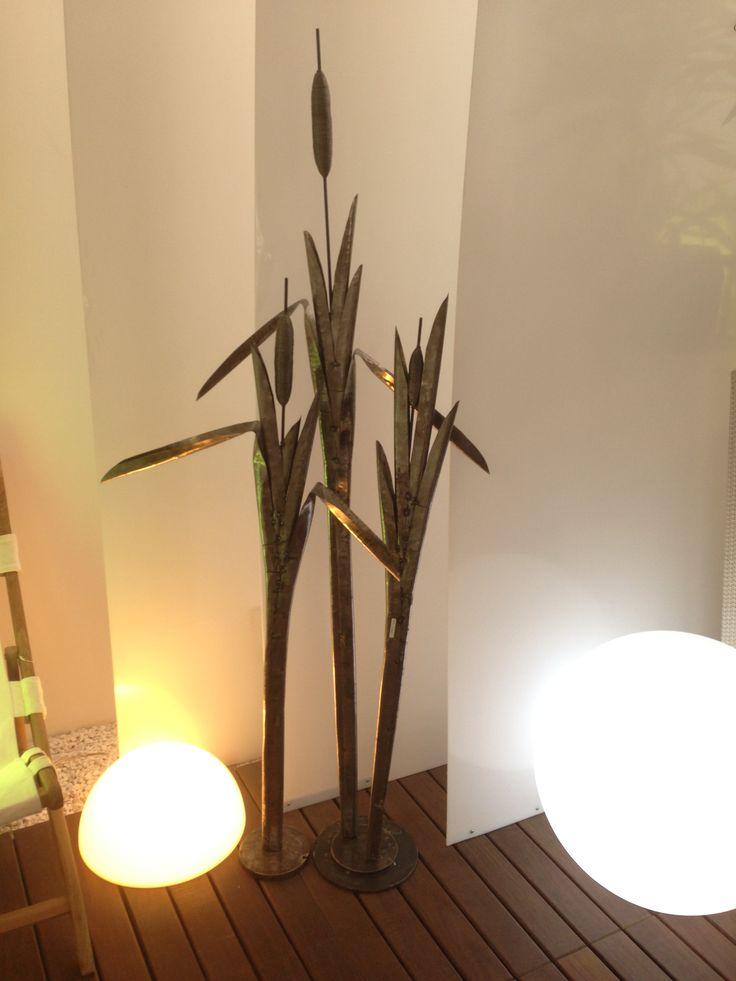 La saccente manualità di Bebo, su soggetti floreali, riesce a dar vita al metallo.