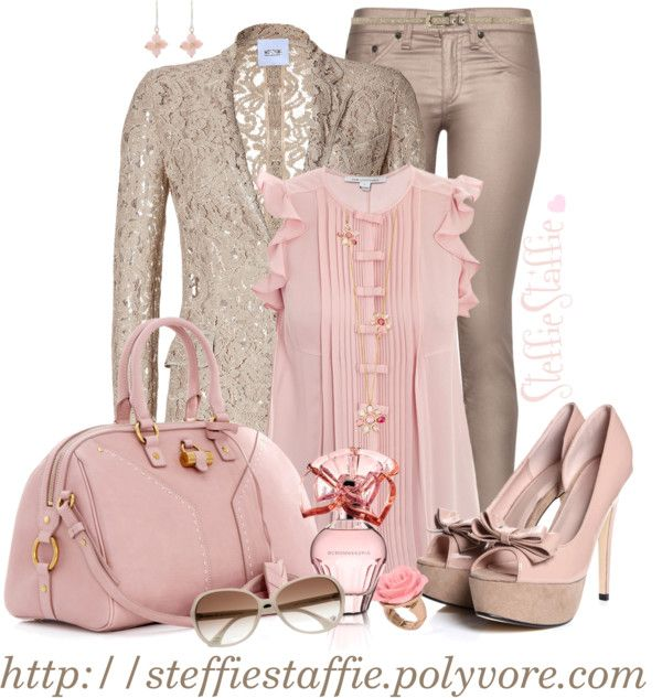 Tonos empolvados como el rosa y el beige para crear un look totalmente romántico.
