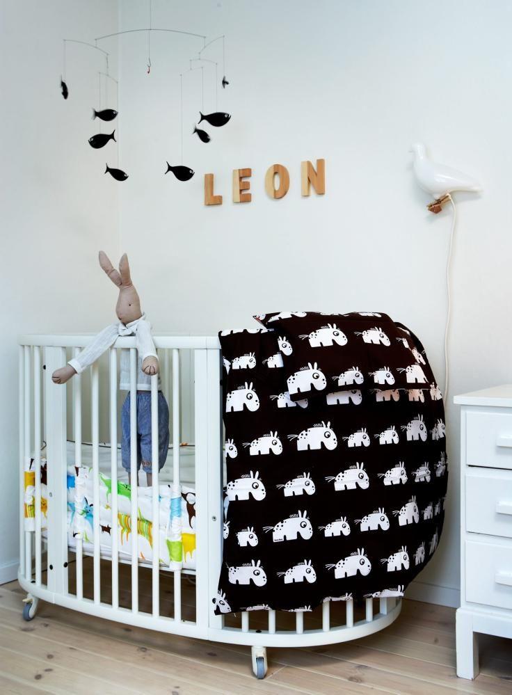 Baby nursery. ENKEL LØSNING: Det enkle er ofte det beste. Søtt sengetøy, som du kjøper eller syr selv, noen trebokstaver på veggen med barnets navn - og en sjarmerende uro. Vips, så er du der! © FOTO: Margaret De Lange