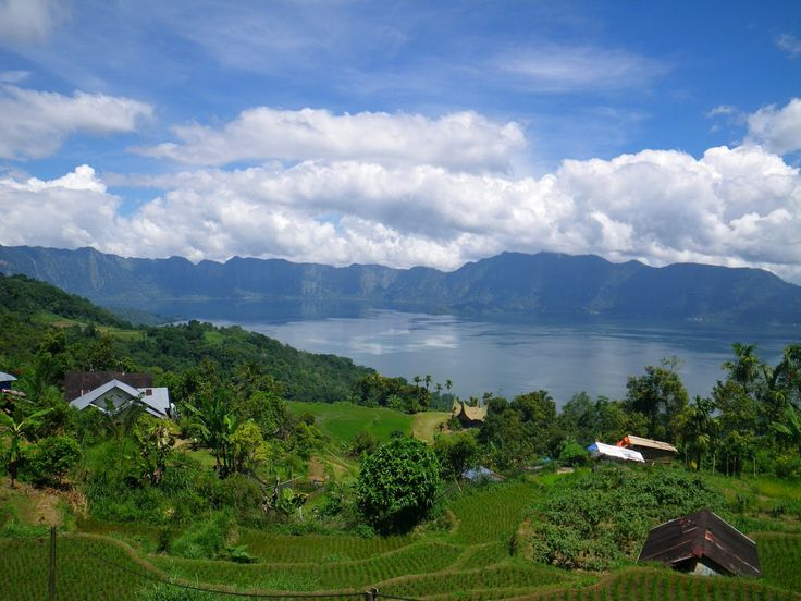 Озеро Манинджау, Западная Суматра, Индонезия. Фото: David C Dagley  Несколько деревень окружают великолепное кратерное озеро под названием Манинджау. Это отличное место для купания, рыбной ловли и любования закатом.