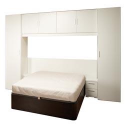 Dormitorio puente de matrimonio con mesillas de noche chiquitas y arcón bajo la cama. Se parece bastante a lo que me gustaría hacer....
