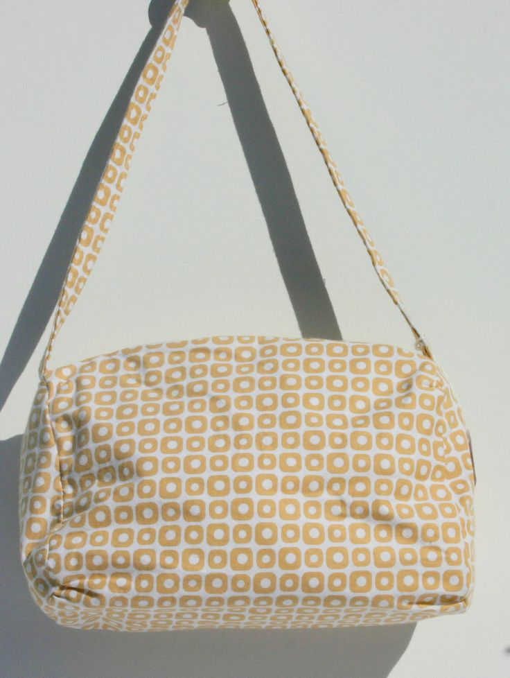 Beige/white cotton lined bag with zipper closure . Lined in white. 24 x 16 x 10 cm $25