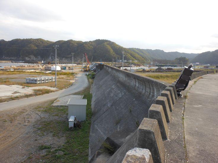 ≪Present Tree in 宮古≫ 被災地視察_20121007 3.11の津波は止められませんでしたが、波を散らして人々が高台に逃げる時間をかせいでくれた防潮堤です。