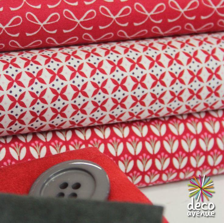 Tissus Gutterman, rouge à nœud blanc, fond blanc motifs géométrique rouge, et fond rouge fleurs graphiques blanches rose et beige... Chez Deco avenue.