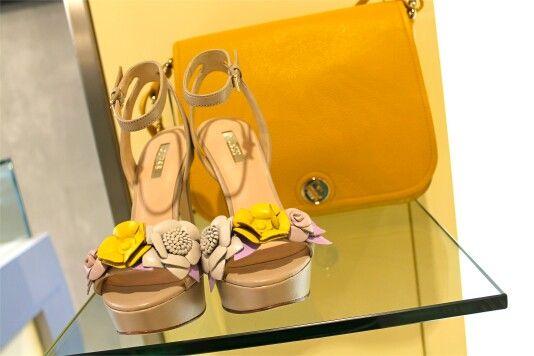 Trasforma il tuo outfit in una vera e propria passione! Scopri l'abbinamento Guess/Furla  per un look giovane e di tendenza. Per info contattaci in privato oppure su WhatsApp 344 04 69 082  #guess #furla #sandalo #borsa #tracolla #bags #donna #borse #moda #irresistibile #shopping #nonresisto #amore #tiamo #adoro #nuova #milano #borsanuova #stile #ragazza #tacco #nuovacollezione #gialla #tiadoro #seimia #saraimia #molise #scarpette #mitiche