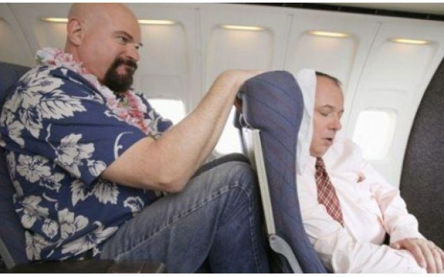 Tempi duri per i cicciottelli che viaggiano in aereo: compagnia uzbeka decide di pesare i passeggeri! Insieme al bagaglio a mano, compagnia aerea uzbeka decide di pesare i passeggeri prima del decollo al fine, spiega l'amministratore, di adeguarsi alle norme internazionali IATA. Si sospetta invece il #biglietto #aereo #maggiorato #obesi