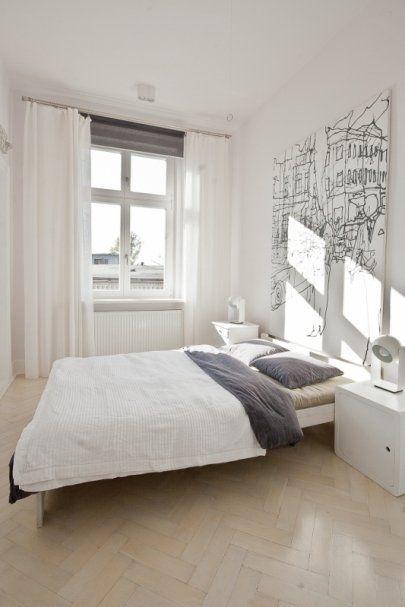 Jasna sypialnia z ciekawym akcentem w mieszkaniu w Katowicach