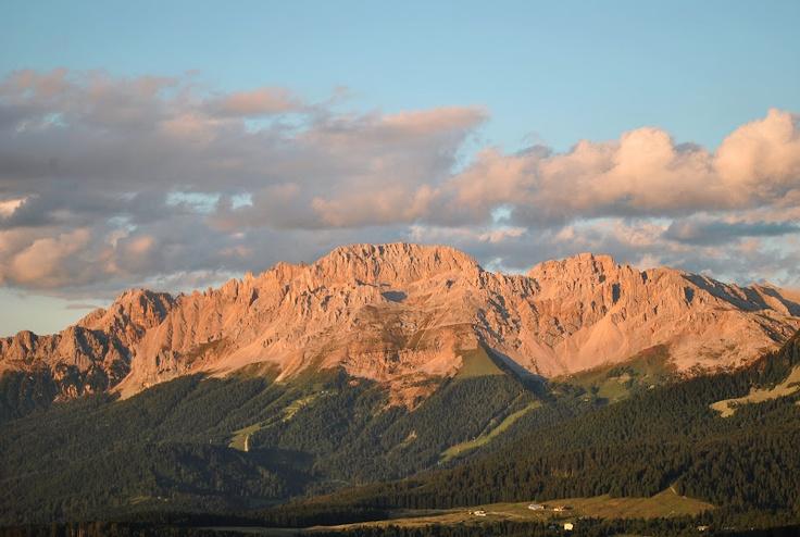 Enrosadira, il Latemar saluta il sole diventando rosa.  www.visitfiemme.it