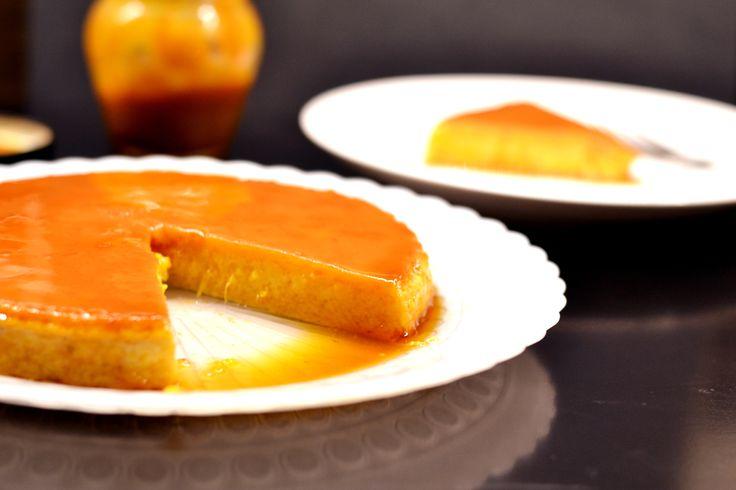 """Sütőtök flan recept: Mikor Spanyolországban éltem, volt egy édesség amit a helyiek szuperül készítettek. Gyakorlatilag ha """"magyarosítanánk"""", akkor a puding nevet kaphatná, viszont vele együtt sül egy karamellréteg is, ami amikor kifordítjuk a formából a desszertet, vékony rétegben bevonja azt. Ez a recept az eredeti módosítása, annyiban hogy sütőtökpüré is kerül az alapanyagokhoz."""