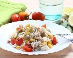 Salade de riz aux tomates, thon, maïs et olives http://www.cuisineaz.com/recettes/salade-de-riz-aux-tomates-thon-mais-et-olives-83157.aspx