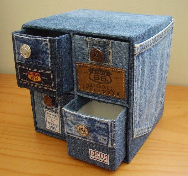 Tiroirs en briques de lait recouvertes de jean