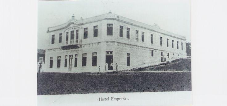 Foto do antigo hotel Empreza, onde hoje se localiza o teatro Thalia do Hotel Trilogia