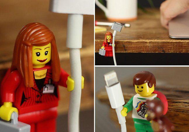As famosas peças de LEGO fizeram a infância de muita gente. Mas os blocos de montar dinamarqueses não ficaram esquecidos no fundo do baú. A empresa renova seus produtos com frequência e criou até uma série de minifigures, os famosos bonequinhos para homenagear personagens que vão de Star Wars a Bob Esponja. O que você não sabia é que esses bonecos podem ser muito úteis na sua mesa de escritório. Recentemente, um alemão descobriu que a mão dos bonecos de LEGO tem o tamanho perfeito para…