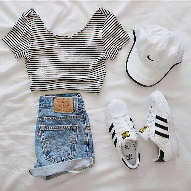 Croped Listrado + Short Jeans + Boné Branco + Tênis Branco
