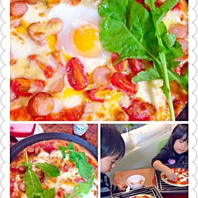 献立に煮詰まって皆でピザ作り ソースは旦那君が美味しいの作ってくれたので具乗せ係りにチビ〜ズ✌️ 大人用にはゴルゴンゾーラたっぷり 他はシンプルトマトとモッツァレラ、ミックスチーズ、バジルの代わりのルッコラ - 44件のもぐもぐ - Pizza Bismarck&Margaritaピッツァビスマルク&マルゲリータ w/kids by Ami