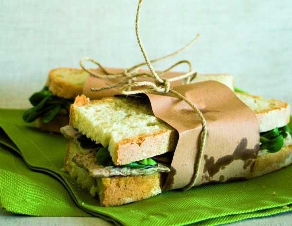 [Panino con fettina] ingredienti per 6 panini:12 fette di pane casereccio,  fettine di manzo sottili (o 3 piuttosto grandi), olio extravergine d'olivamisticanza