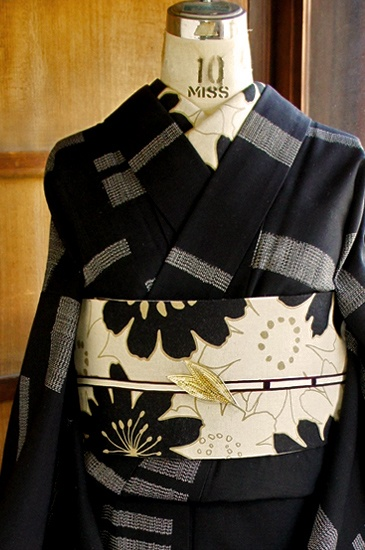 シックな黒と白のモノトーンで絣風のブロックのような変わりストライプデザインが織り出されたウールの単着物です。
