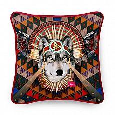 Der Wolf LOU übt auf Mensch und Tier gleichermassen eine magische Wirkung aus. Er ist gefürchtet und verehrt zugleich. Wer sich mit ihm anfreundet, hat keinen Feind mehr zu fürchten, sein Schutz ist grenzenlos.