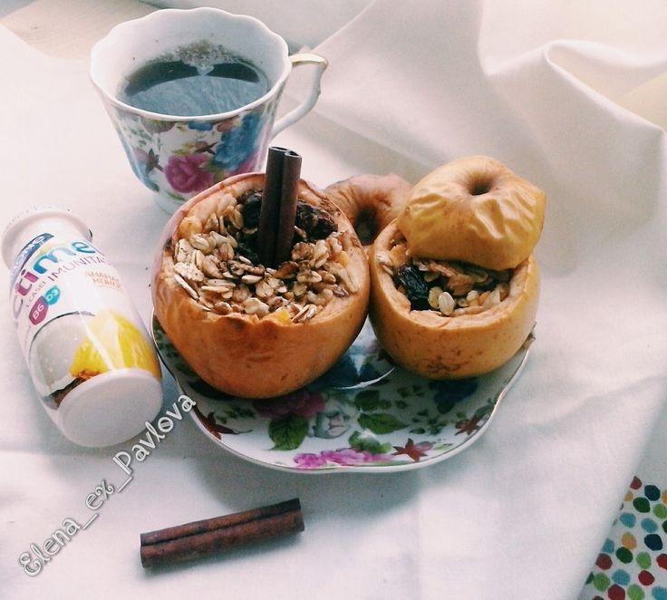 Запеченные яблоки с корицей, мюсли и медом. Сытный и легкий завтрак для бодрого дня. у Яблок отрезаем верхушку. Сердцевину вырезаем ложечкой. Насыпаем мюсли (или овсянку с сухофруктами, свежими фруктами), присыпаем корицей и сверху - кладем мед. Накрываем шляпой яблоко и запекаем минут 20-25.