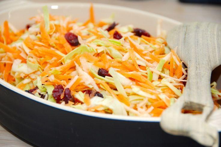 Opskrift på verdens bedste råkostsalat med spidskål, gulerødder og persillerødder. Nem råkostsalat, der vendes med tranebær og citronsaft. Råkostsalat med spidskål er en virkelig lækker salat, der …