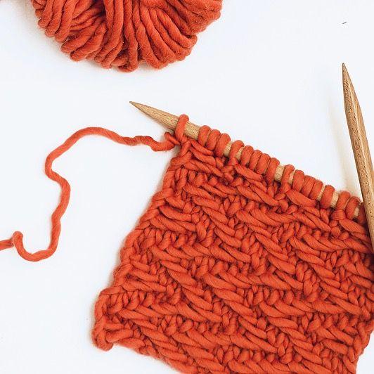 Chevron tissé horizontal  Monter un nombre de maille multiple de 10 + 2 mailles. Rang 1 : Tricoter 1 maille endroit, * tricoter 1 maille endroit, glisser 3  mailles à l'envers avec le fil devant les mailles, tricoter 1 maille  endroit*. Répéter de * à * et tricoter la dernière maille à l'endroit. Rangs 2 & 10: Tricoter 1 maille envers, * glisser 3 mailles à l'envers avec  le fil derrière les mailles, tricoter 2 mailles envers*. Répéter de * à *  et terminer par 1 maille envers. Rangs 3 & 9…