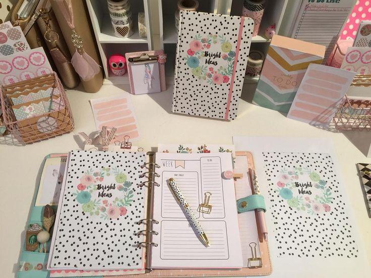 In der letzten Zeit sehe ich hier auf Instagram so schöne Blätter/Divider. Sie sind s/w mit Streifen Chevron Muster oder mit Punkten.... Ich möchte nicht ständig Papier bestellen und  Mache es so:  Seht ihr das Notizbuch (hinten am Regal)? Ich habe die Vorderseite/Cover eingescannt und eine a5 Kopie ausgedruckt (liegt rechts) die (160g Papier) Kopie ausgeschnitten mit dem 6er Locher gelocht und in meinem Planner abgeheftet. Fertig... #pastell #pastellover #paper #paperclips #planner…
