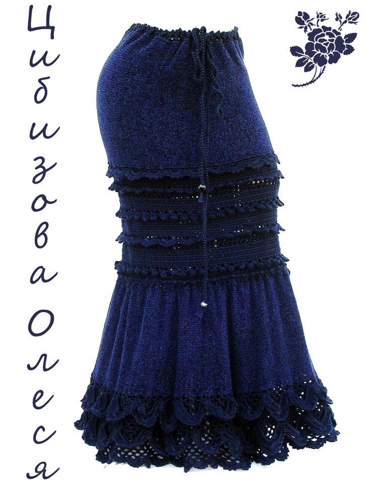 Вязаная юбка длинная. В работе использована пряжа велюр и акрил для машинного вязания. Цвет в реле темно-синий. На втором фото я осветлила в Фотошопе фотографию, чтобы можно было рассмотреть узоры. Длина юбки 95 см На обхват бедер до 100 см.