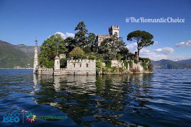 """#TheRomanticChoice Location:#IsolettaDiLoreto - #MonteIsola (BS) Photo Credit: @zcostanza  Rules: http://www.iseolake.info/it/blog/contest-fotografici  _____________________________________________  Ti ringraziamo per aver condiviso questa immagine di uno dei comuni del lago d'Iseo.  Puoi vincere una visita esclusiva in una cantina della """"Strada del Vino Franciacorta"""" oltre a due bottiglie di Franciacorta Satèn per brindare  in un territorio dal fascino unico!"""