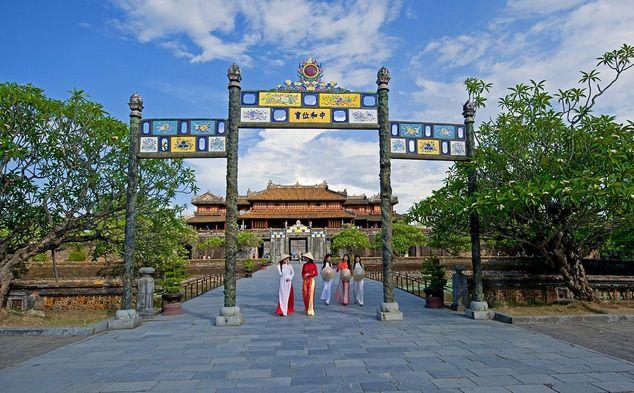 Cố đô Huế là thủ đô của Việt nam từ năm 1802 đến năm 1945, vương triều phong kiến cuối cùng trong lịch sử dân tộc Việt Nam. Ngày này Huế là thành phố duy nhất vẫn còn giữ được dáng vẻ của một thành phố thời Trung cổ và nguyên vẹn kiến trúc của một nền quân chủ. Huế đã trở thành một bảo tàng lớn, một tài sản quý giá vô cùng và tháng 12/1993 Huế đã được Unesco xếp hạng là di tích văn hóa thế giới.