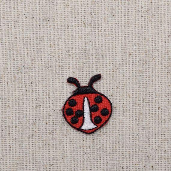 Mariquita roja y negra de hierro en apliques  Alta calidad, applique del bordado del detallado. Puede ser cosido o planchado en. ¡Ideal para sombreros, bolsos, ropa y más!  El tamaño es aprox. 3/4(1,9 cm)
