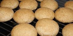 Dejlige grovboller med masser af fibre fra havre og spelt. Bollerne hæver natten over i køleskabet, så de er ekstra nemme at bage til morgenmaden.