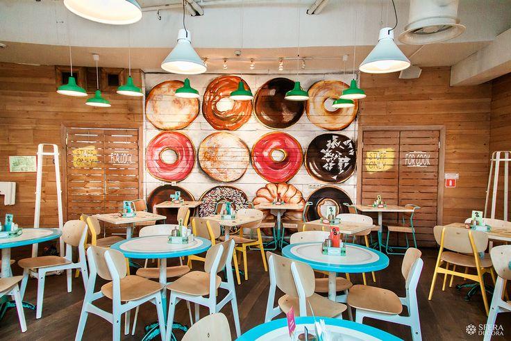 Яркие гипперреалистичные пончики от #sferadecora и столы-блюдца, с любовью и нежностью художественно покрашенные нашими ребятами, поднимают настроения в любую погоду.