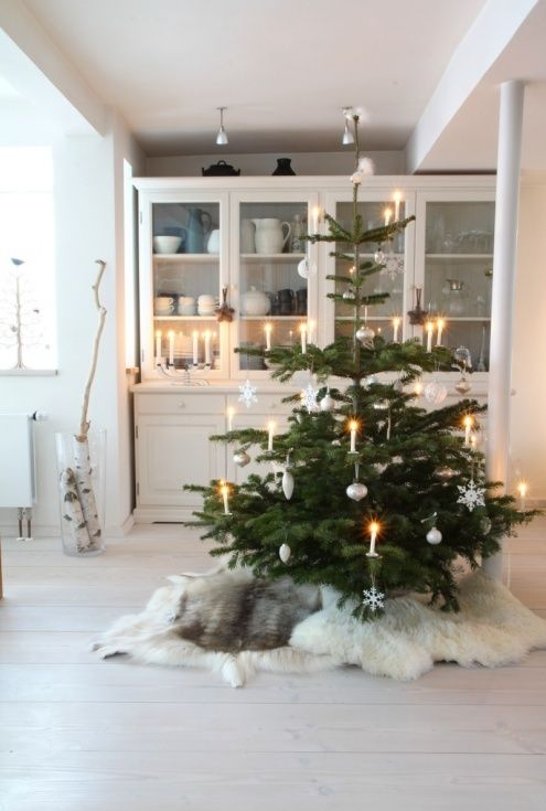 Kerstboom, schapenvachtje, houten + witte decoratie, kunstsneeuw. Houten krukjes. Skietjes.