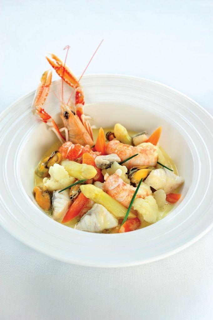 Bereiden:Stoof de mosselen even aan in een grote kookpot met een klontje boter. Zet het deksel op de pot en laat koken tot de schelpen open komen. Laat afkoelen en haal de mosselen uit hun schelp. Bewaar het kookvocht voor de saus. Pel ondertussen de langoustines. Houdt 6 kopjes opzij voor de garnering. Stoom de wortelen en bloemkool. Voeg net voor ze gaar zijn de aspergepunten toe en stoof nog even verder tot alles beetgaar is.