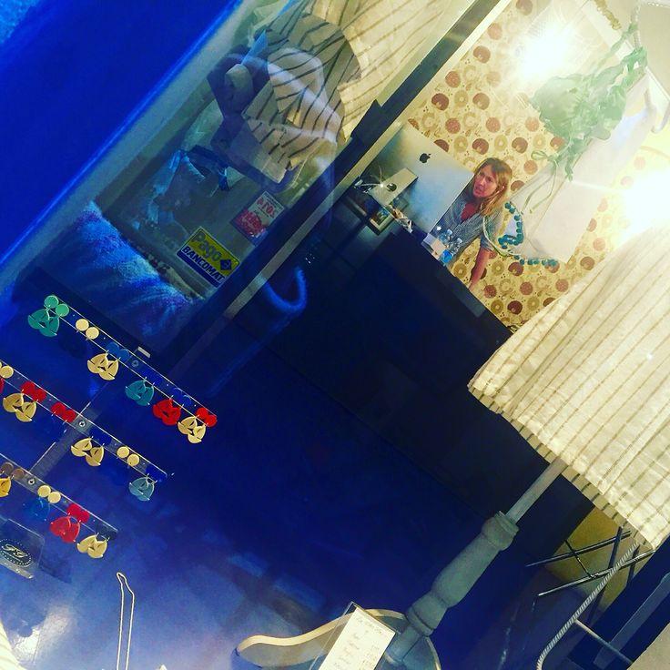 ...e domani è' già lunedì 😁 e Sara vi aspetterà dal @ilsalottogenova 👸🏻 e le barchette pure ⛵️☺️❤️ #ilsalottogenova #genova #boutique #negozioabbigliamento #vicoli #barchetta #resina #bijouxfg #saraatwork #negoziotop #negoziogenova #jewels #madewithlove #bijouxfgaddicted #customizeyourjewelry