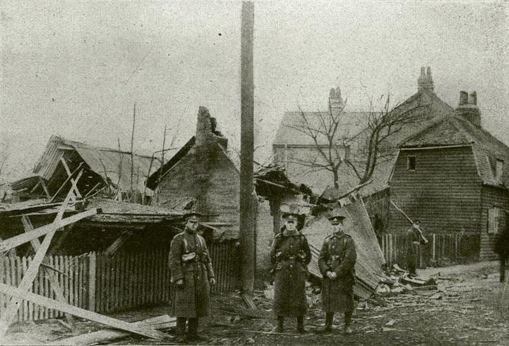 Zeppelin bombák pusztítása Maldon angol városban. (Egyesült fényképirodák, Amszterdam.)  http://keptar.oszk.hu/html/kepoldal/index.phtml?id=011926