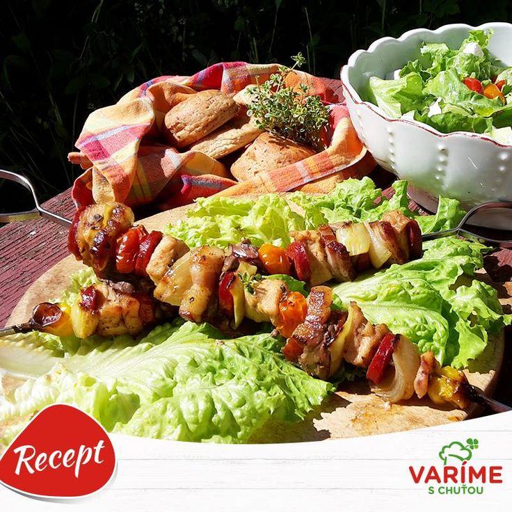 Čo by ste povedali na takýto chutný špíz z kuracieho mäska? Vyskúšajte si ho pripraviť na grile a dajte nám vedieť, ako sa vám podaril. :-)