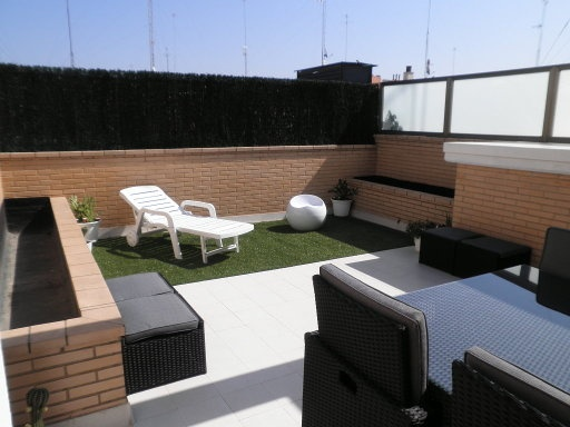 17 best images about decoracion terraza on pinterest outdoor living lighting and in the garden - Cesped artificial terraza ...