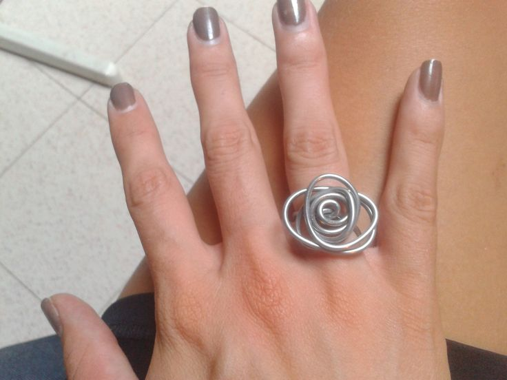 un anello eseguito con filo di ferro, molto veloce e semplice =)