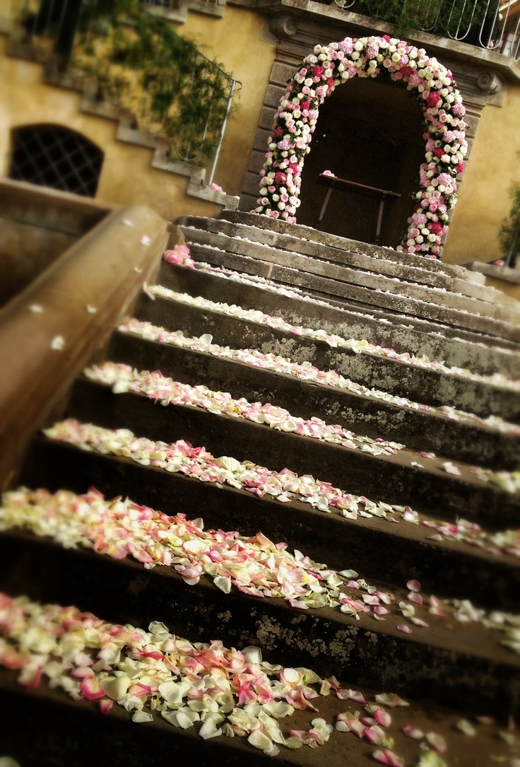 Petals & Arch of flowers for ceremony; La Rosa Canina FIRENZE