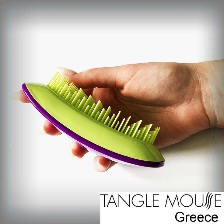Εάν θέλετε να ξεχωρίζετε οί Επαγγελματίες και οί πελάτες σας... τότε ξέρετε τι θα επιλέξετε!!!  Tangle Mouse εμπνευσμένη απο το ποντίκι του υπολογιστή! - Η Tangle Mouse διαθέτει το πιο έξυπνο design. - Το εργονομικό και ελαφρύ σχήμα της , δίνει μια ευχάριστη λαβή που μπορεί να χρησιμοποιηθεί τόσο από αριστερόχειρες όσο και από δεξιόχειρες κομμωτές. - Οι τρίχες βρίσκονται σε τρία διαφορετικά μήκη, μεγιστοποιώντας το αποτέλεσμα του ξεμπερδέματος των μαλλιών.