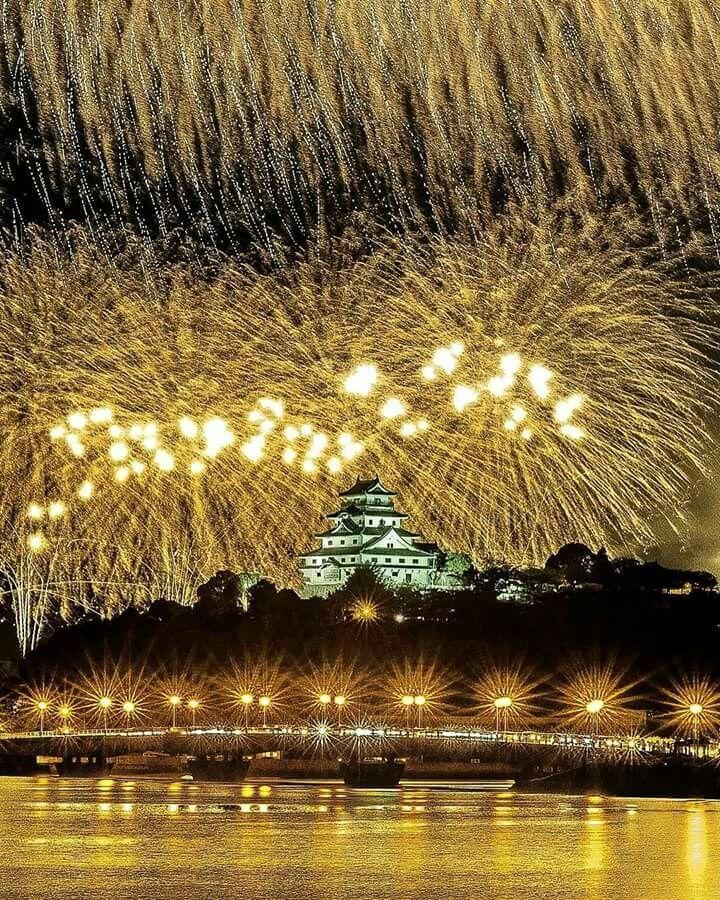 Superbes feux d'artifices au-dessus du château de Karatsu dans la préfecture de Saga.