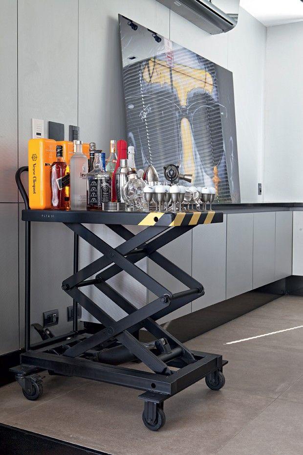A plataforma, usada em montadoras de automóveis, virou um moderno apoio de garrafas, junto à mesa de jantar (Foto: Lufe Gomes/Editora Globo)