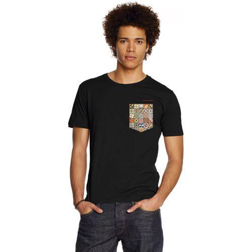 T-SHIRT NON POCKET RAJOLES  Una camiseta de bolsillo… sin bolsillo! De nuestra serie Rajoles de Barcelona  Camiseta negra, de corte ajustado, con impresión en cuatricromía de un bolsillo con un botón cosido.