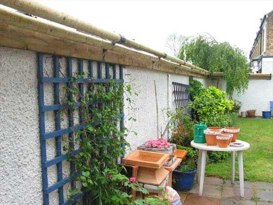 Kat-rolsysteem om de tuin af te zetten. Kat krijgt geen grip omdat de balken rollen. Ziet er leuker uit dan gaas of schrikdraad.